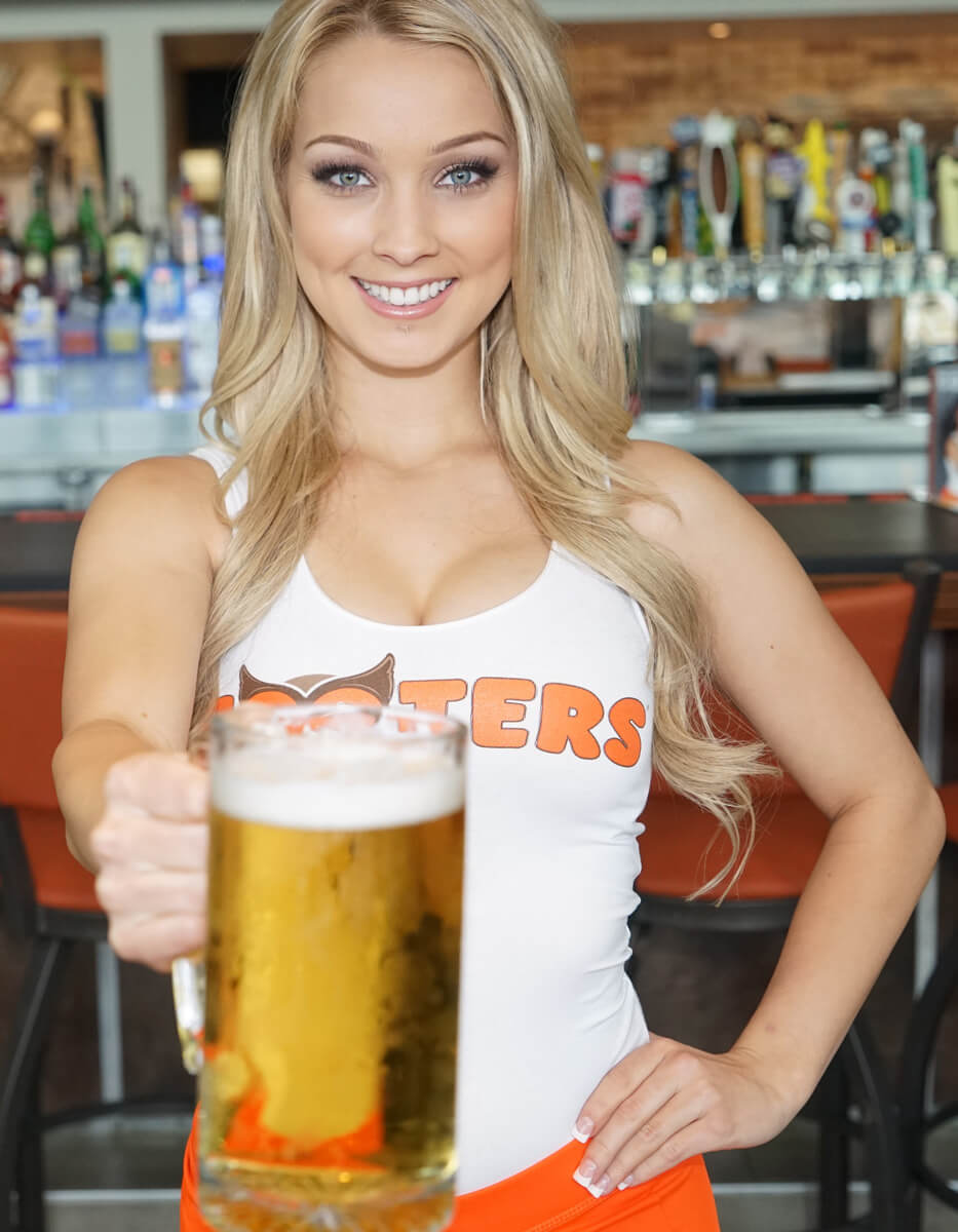 Hooters Girl mir Bier